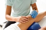 akupunktura-iglowa-w-rehabilitacji-na-kolanie-mlodego-mezczzny.jpg